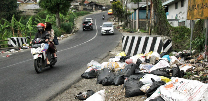 Sampah liar menumpuk di pinggiran Jalan Raya Tangkuban Parahu, Lembang, Kabupaten Bandung Barat, Kamis (31/10/19).