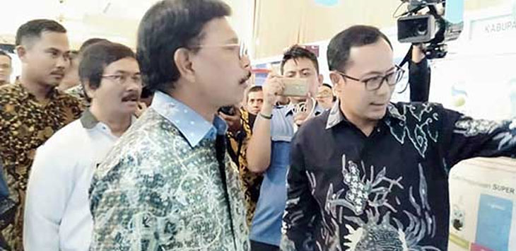 Walikota Sukabumi, Achmad Fahmi saat menjelaskan kepada Menteri Komunikasi dan Informasi Johnny G Plate dalam kegiatan Gerakan Menuju 100 Smart City di Balai Sudirman, Jakarta, Rabu (6/11/19). IST