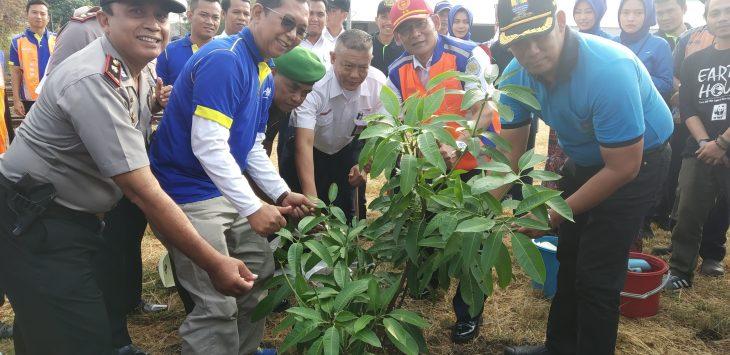 Vice President PT KAI Daop 3 Cirebon, Tamsil Nurhamedi (baju biru) saat menanam pohon. Dede