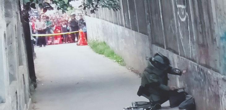 Tim Gegana saat memeriksa tas hitam mencurigakan di Gang Anggrek, samping SPBU Jalan Kartini, Pancoranmas. Radar Depok