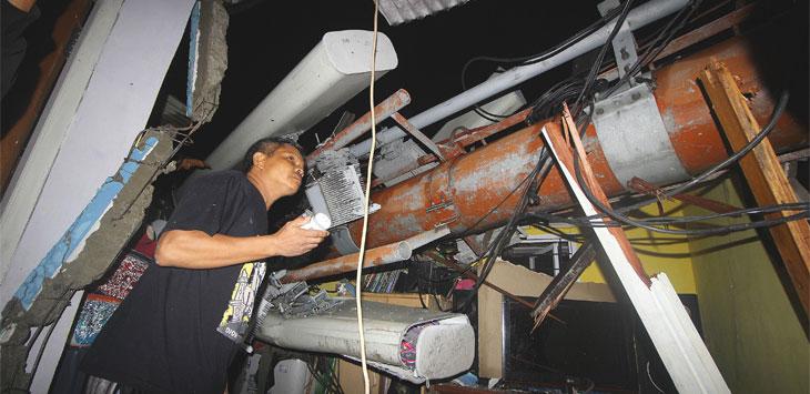 Giyanto (52) menunjukkan atap rumahnya yang tertimpa tower salah satu provider komunikasi yang roboh akibat hujan deras dan angin kencang di kawasan Jalan Sosial 3, RT9/RW12, Kelurahan Baktijaya, Kecamatan Sukmajaya, Rabu (6/11/19). Radar Depok