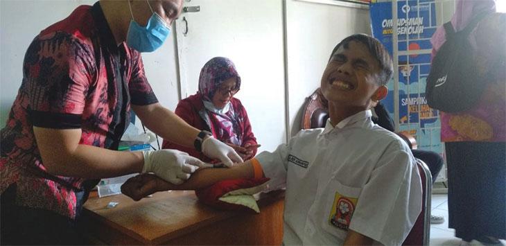 Murid SMP Negeri 20 Kota Depok diperiksa kesehatannya oleh Dinas Kesehatan Kota Depok. Radar Depok