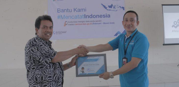 Wakil Rektor III IAIN Syekh Nurjati Cirebon Dr H Ilman Nafia (kiri) saat menerima sertifikat dari Kepala BPS Kota Cirebon Joni Kasmuri (kanan). (Alwi)