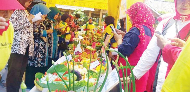 Warga Purwakarta saat lomba merangkai sayur dan buah di hari diabetes sedunia 2019.