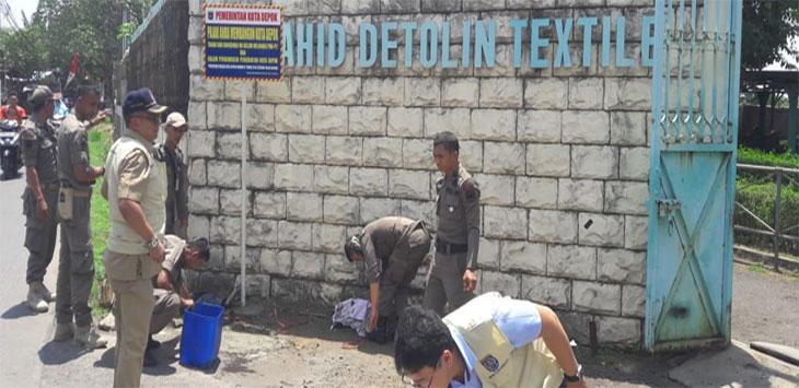 Petugas Badan Keuangan Daerah (BKD) dibantu Satpol PP Kota Depok, memasang plang penunggakan pajak di salah satu objek pajak Jalan RTM Kelurahan Tugu, Cimanggis. Radar Depok