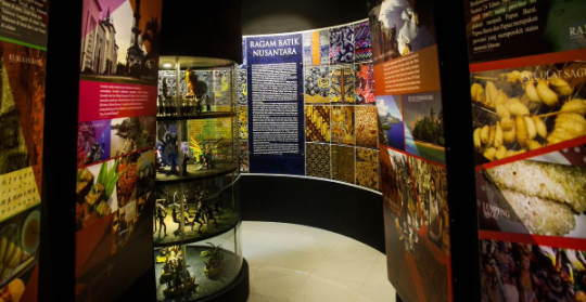 Ruangan dalam bale panyawangan diorama purwakarta, museum tempat mempelajari sejarah disuguhkan dengan sistem digital.