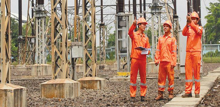 Petugas melakukan pemeliharaan jaringan di Gardu Induk Gandul, Kecamatan Cinere Kota Depok. Radar Depok