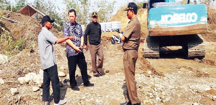 Satpol PP dan Camat Purwakarta memonitor tambang pasir di Munjuljaya.