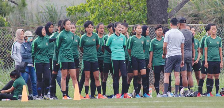 Pemain timnas putri Indonesia saat melakukan sesi latihan di Lapangan NYTC, Kelurahan Bojongsari Baru, Kecamatan Bojongsari, Senin (18/11/19). Radar Depok
