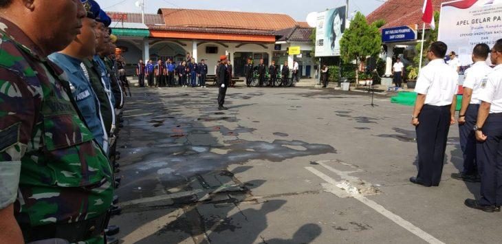 Petugas gabungan saat mengikuti apel pasukan PT KAI Daop 3 Cirebon. Dede