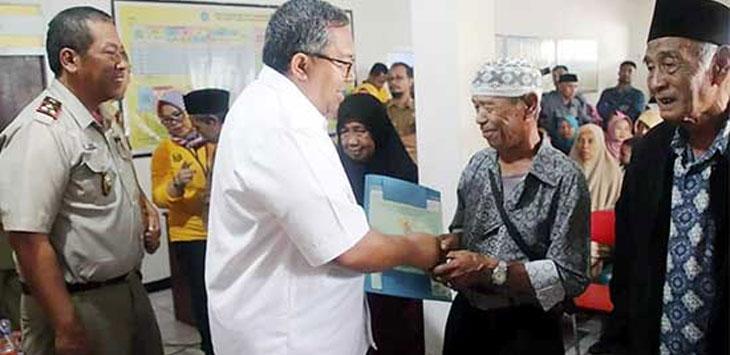 Bupati Sukabumi, Marwan Hamami saat memberikan sertifikat hak milik tahap III di Desa Cijengkol, Kecamatan Caringin, Selasa (10/12/19).