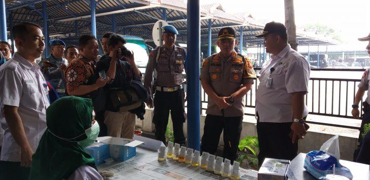 Kapolres Cirebon Kota AKBP Roland Ronaldy saat memantau tes urine. Dede