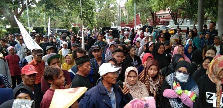 Massa demo ke kantor bupati mendesak penundaan pelantikan kuwu Desa Suranenggala Kulon./Foto: RC