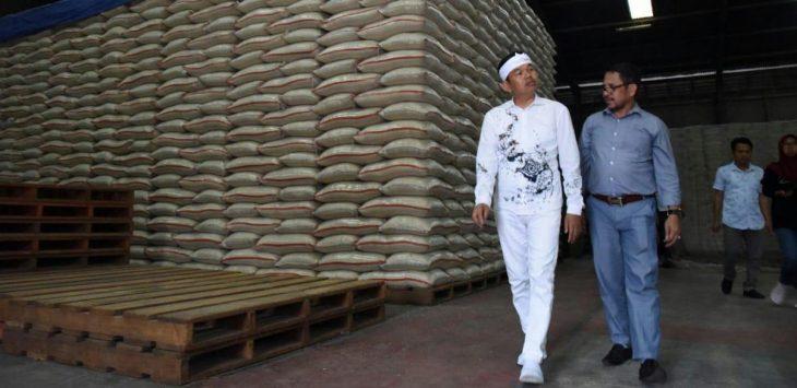 Wakil Ketua Komisi IV DPR RI, Dedi Mulyadi, saat mengecek gudang Bulog di Kabupaten Karawang.