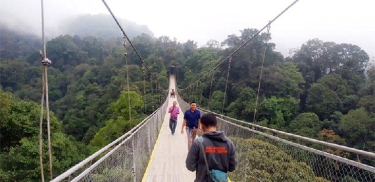 Jembatan gantung Situgunung menjadi wisata primadona di Kabupaten Sukabumi./Foto: Istimewa