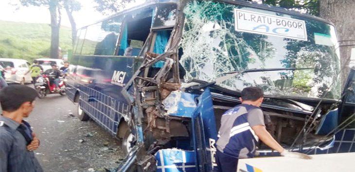 Sejumlah anggota Unit Laka Lantas Polres Sukabumi bersama warga saat mengevakuasi kendaraan yang terlibat kecelakaan di Jalan Raya Perintis Kemerdekaan, tepatnya di Kampung Ciangsana, Desa Sukamulya, Kecamatan Cikembar, jum'at (6/12/19).