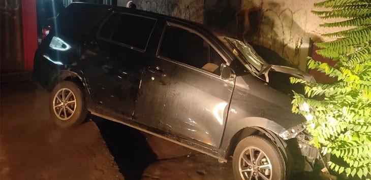 Kondisi mobil yang menabrak pagar rumah warga tampak ringsek./Foto: RD