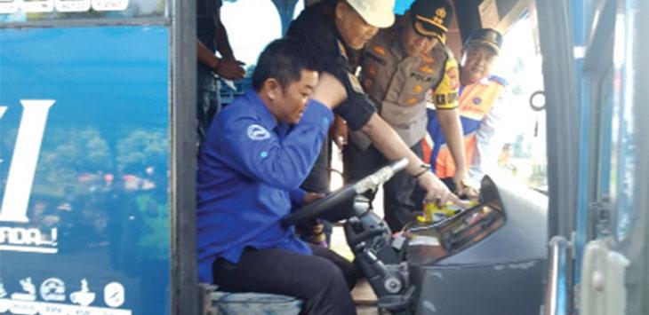 Kapolres Sukabumi Kota AKBP Wisnu Prabowo saat melakukan pemeriksaan kelayakan kendaraan.