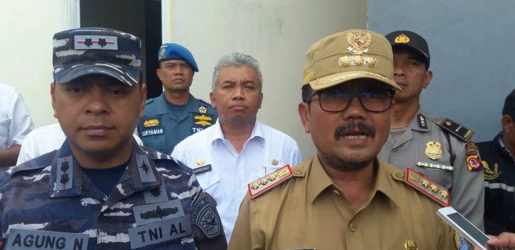 Komandan Pangkalan TNI AL (Lanal) Cirebon Letkol Laut (P) Agung Nugroho dan Bupati Cirebon, Imron Rosyadi. dede
