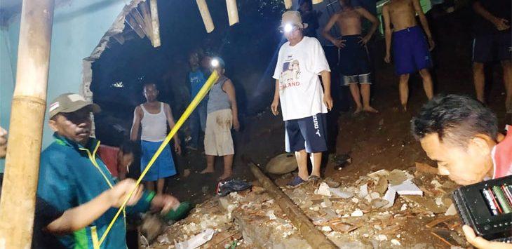 Sejumlah petugas BPBD Kabupaten Sukabumi dan pemerintah setempat saat melakukan evakuasi longsor di Kampung Sekarwangi, Kelurahan/Kecamatan Ciabadak, kamis (5/12).
