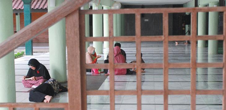 Umat muslim sedang melakukan tadarus Al Quran di Masjid Universitas Indonesia, Kota Depok. Radar Depok