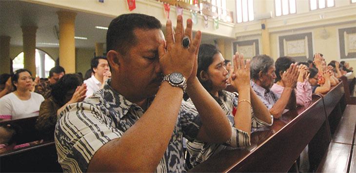 Umat Kristiani melaksanakan ibadah Natal di Gereja Katolik Santo Matheus, Jalan Sadewa Raya, Kelurahan Mekarjaya, Kecamatan Sukmajaya, Rabu (25/12/19). Radar Depok