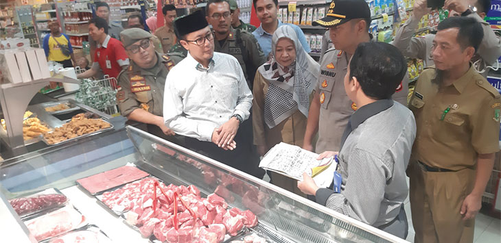 Walikota Sukabumi, Achmad Fahmi bersama Satgas Pangan Kota Sukabumi saat melakukan pemantauan di pasar modern dan tradisonal.