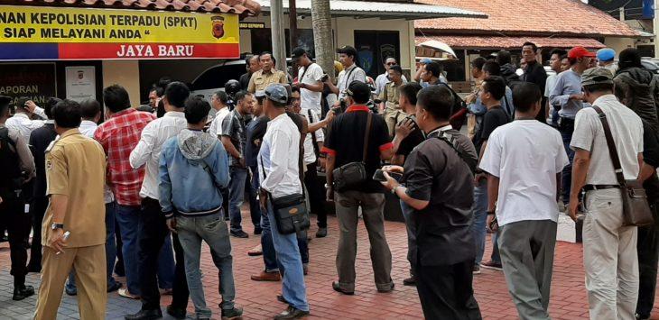 Puluhan kepala desa datangi kantor polres purwakarta, untuk membuat laporan terkait masalah pencemaran nama baik dan fitnah yang dilakukan salah satu media daring.