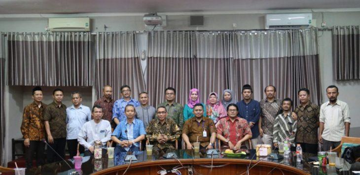 Rektor IAIN Syekh Nurjati Cirebon Dr H Sumanta M Ag saat secara simbolis memberikan sertifikat penghargaan kepada pemilik tanah. alwi
