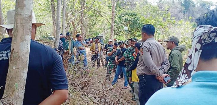 Warga tiga desa dari Kecamatan Kalibunder dan Tegalbuleud saat melakukan musyawarah terkait dugaan pencemaran sungai Cikaso, belum lama ini.