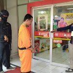 Rekonstruksi pembunuhan driver online di Tajur. Pisau cutter membunuh korban dibeli di Alfamart