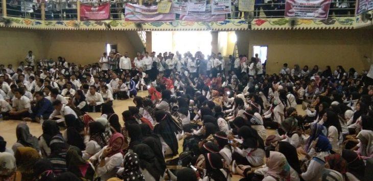 Ribuan guru berkumpul di gedung PGRI Sumber. dede