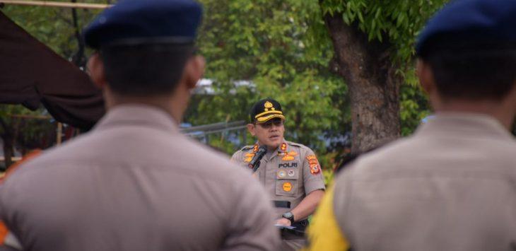 Kapolres Cirebon Kota AKBP Roland Ronaldy saat pimpin apel. Dede