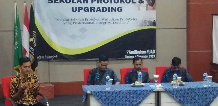 Pengurus UKM Protokoler IAIN Syekh Nurjati Cirebon saat menggelar sekolah protokoler di lantai IV gedung FUAD. alwi