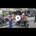 Video pemotor yang membonceng anak dan istri menerobos perlintasan KA di Kota Cimahi (ist)