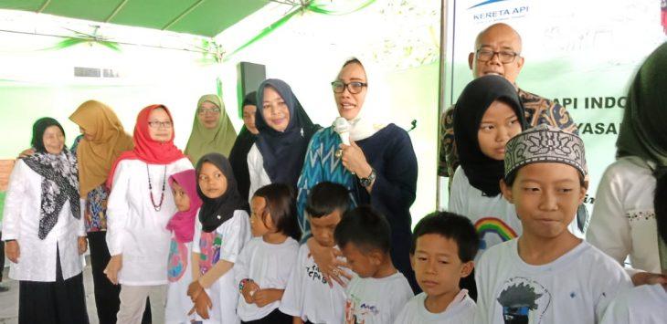 Wakil Wali Kota Cirebon Ety saat bersama anak binaan YCPAB. Dede
