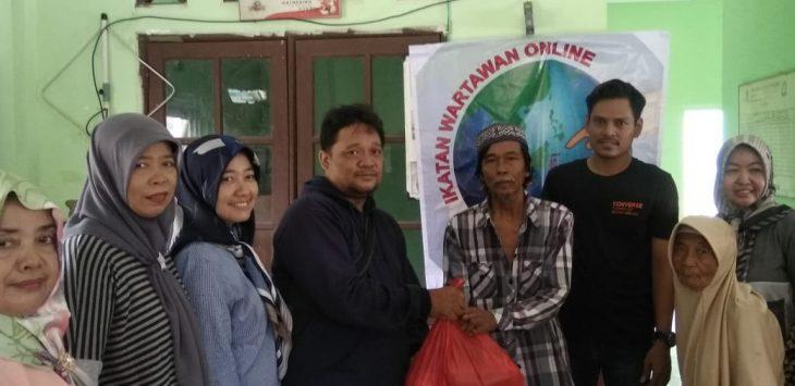 Koordinator YANU Jakarta Wilayah Cirebon Raya, Puguh berikan sembako gratis.dede