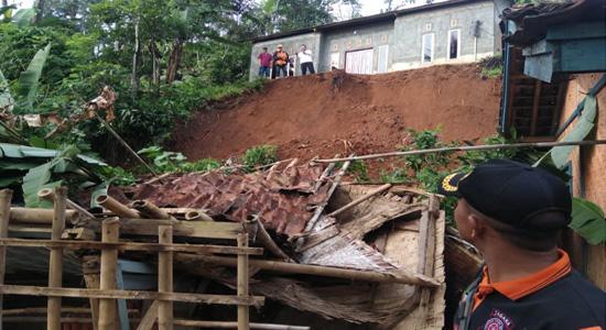 Personil Tagana Kabandungan saat evakuasi bencana longsor di Kampung Cikrutug, Kabandungan, Sukabumi. Ist