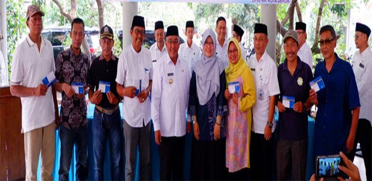 Walikota Depok, Mohammad Idris saat menyalurkan dana penguatan kinerja kepada pengurus RT, RW, dan LPM di Aula Kantor Kecamatan Beji. Radar Depok