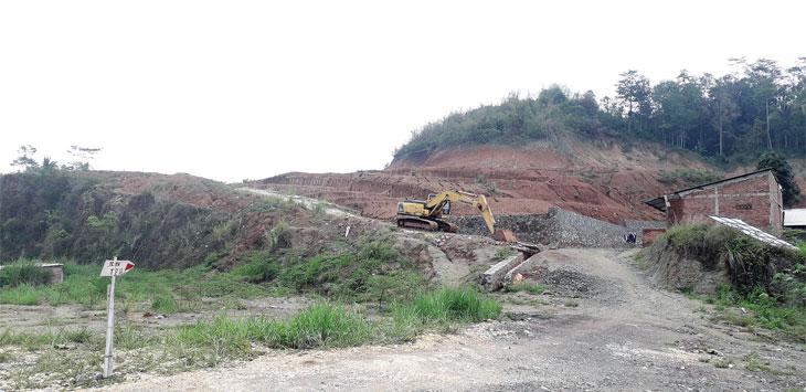 Kendaraan alah berat perusahaan PT Wirasena Cipta Reswara (WCR) yang merupakan milik menantu Presiden Joko Widodo, Bobby Nasution saat melakukan kegiatan cut and fi ll di lahan yang akan dibangun perumahan subsidi.
