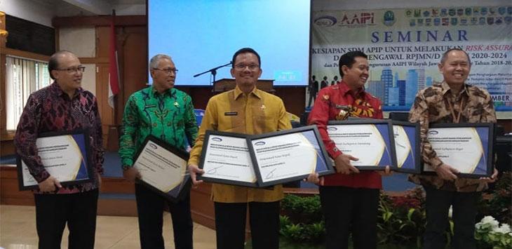 Inspektur pada Irda Kota Depok, Firmanuddin (tengah) saat menerima penghargaan Maturitas SPIP Level 3 dan Penghargaan Kapabilitas APIP Level 3 dari BPKP RI.