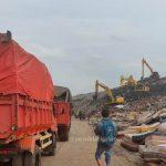 Antrean Panjang Truk Sampah di TPAS Sumurbatu