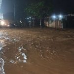 Banjir di Jalan Raya Garut-Pamengpeuk memutus akses jalan
