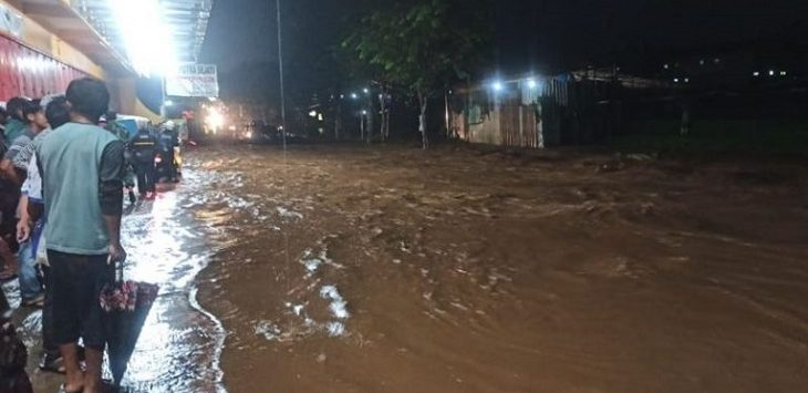 Banjir di Jalan Raya Garut-Pamengpeuk memutus akses jalan./Foto: Rmol