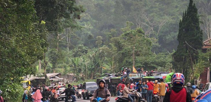 Bus terguling di Palasari Ciater Kabupaten Subang (ist)