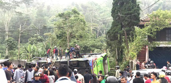 Bus terguling-guling di Desa Palasari Dua Ciater Subang (ist)