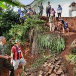 Camat Cipaku, warga bersama TNI dan Polri gotongroyong membersihkan longsoran tanah