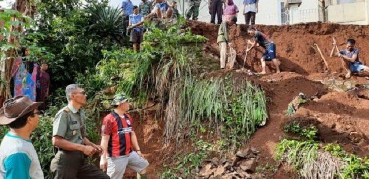 Camat Cipaku, warga bersama TNI dan Polri gotongroyong membersihkan longsoran tanah./Foto: Rmol
