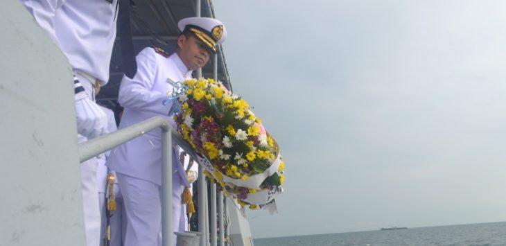 Danlanal Cirebon Letkol Laut (P) Agung Nugroho SE., M. Tr.Hanla memimpin kegiatan Upacara Tabur bunga. Ist