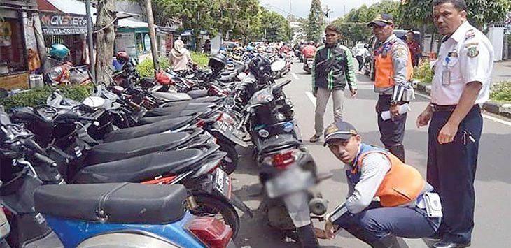 Petugas Dinas Perhubungan Kota Sukabumi saat menertibkan parkir liar di salah satu ruas Jalan Kota Sukabumi.